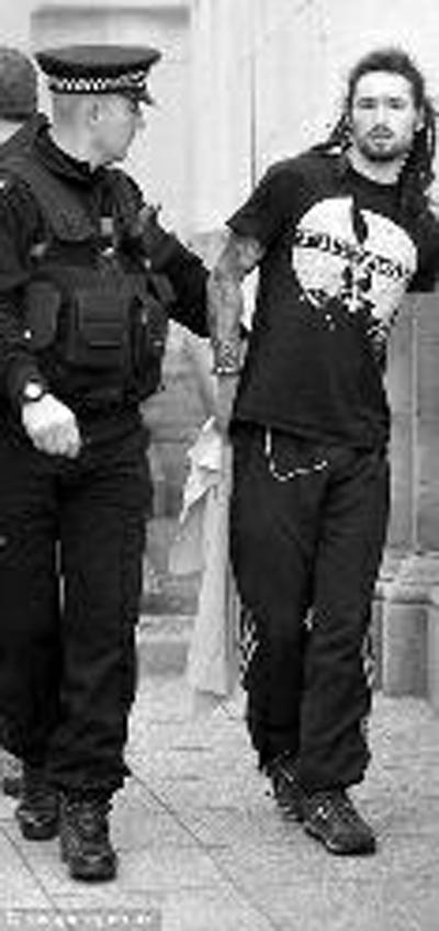 黑衣男與卡梅倫撞滿懷 首相保鏢愣在一邊(圖)圖片
