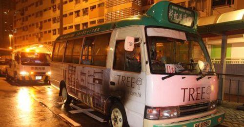 香港一辆专线小巴今晨俄然起火车底冒出浓烟