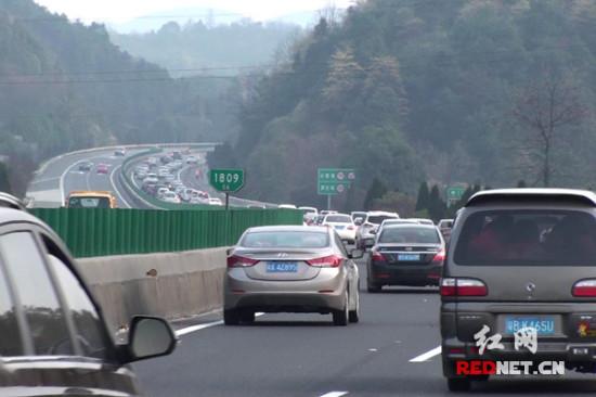 元宵后京港澳高速迎返程高峰 郴州高速交警全力疏導