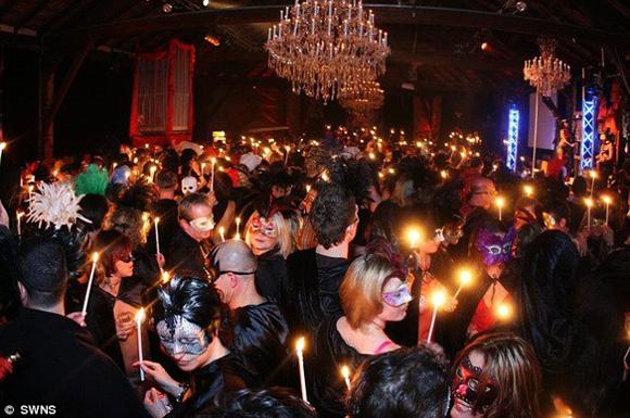 欧美夫妻群交乱交电影_英国古堡化妆舞会演变成疯狂群交派对(组图)
