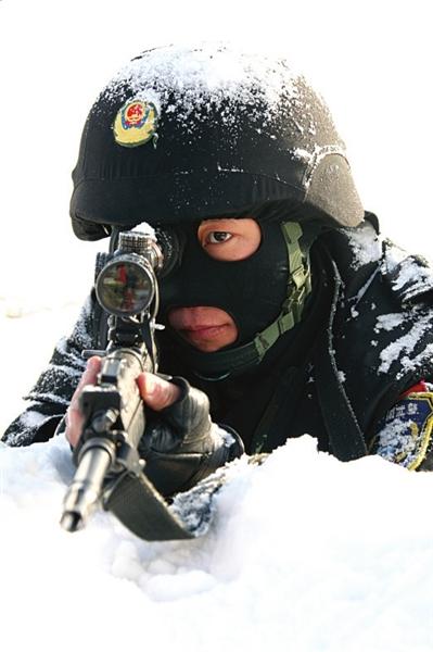 雪豹突击队训练应对恐怖分子劫持列车(组图)