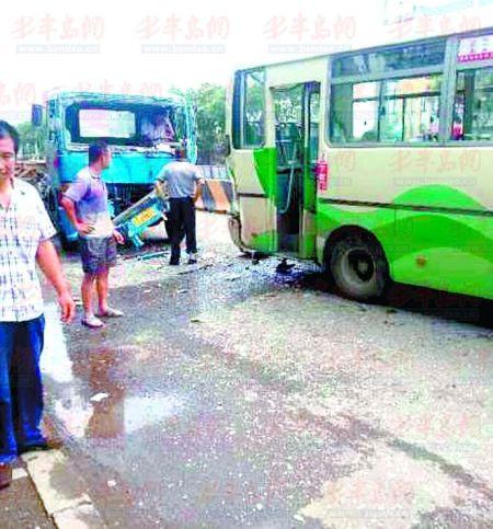 公交车追尾粪车_公交被追尾又撞前边车 乘客飞出去又被弹回来_新浪新闻