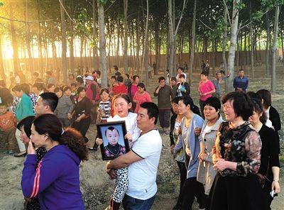 邓鸣贺出院后照片_昨日下午,河北省大名县,邓鸣贺的家人抱着妹妹,妹妹抱着鸣贺的照片,戏