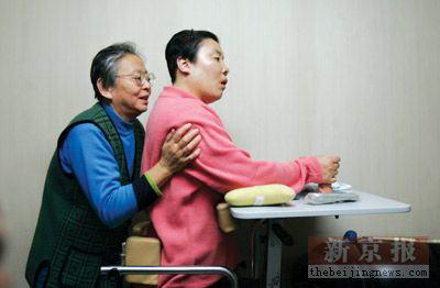 朱令铊中毒_12年前铊中毒的清华女生过33岁生日(组图)_新闻中心_新浪网