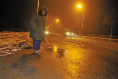 昨晚,台湖镇政府大街仍留有血迹。实习生 杨奉焓 摄