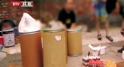 嫌疑人冯某等人从网上买来的原料,然后加水勾兑。