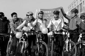 22日,长沙火车站,全新的伙伴们聚集在一起祝愿他表白成功。图/记者华剑