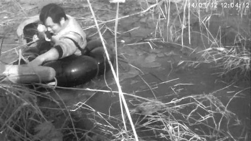 张东武将救生圈套在孩子身上(视频截图)