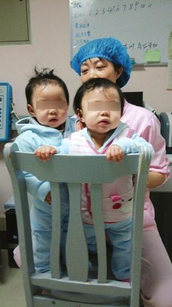 在医院护士的照顾下,双胞胎显得很活泼