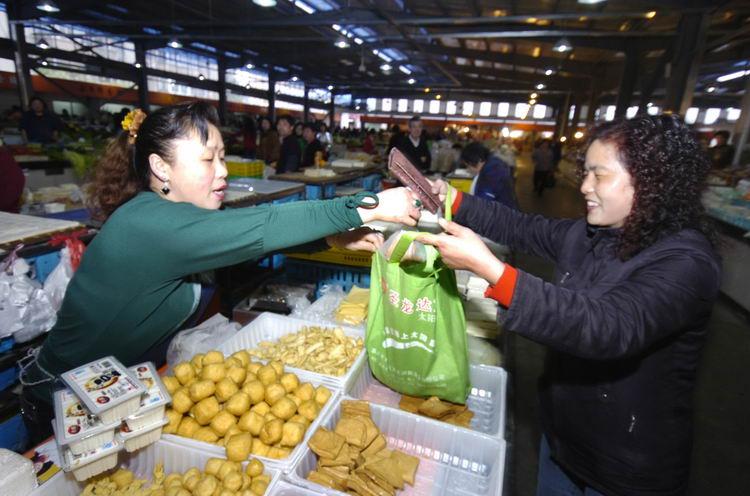 一次性塑料饭盒_图文:用环保袋买菜的市民不多_新闻中心_新浪网