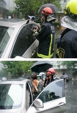 12岁女孩被撬窗偷走_2岁幼童被困车内 母亲拒绝砸车窗施救(图) |被困|幼童|车内_新浪新闻