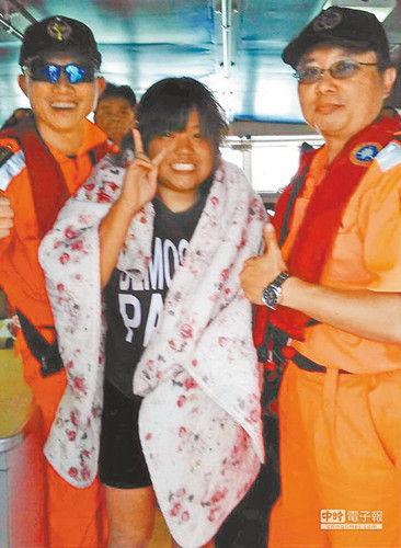 17岁的张蕙而8日晚搭乘香蕉船落海,9日下午自渔人船埠登陆,高兴对镜头比V。《国家时报》