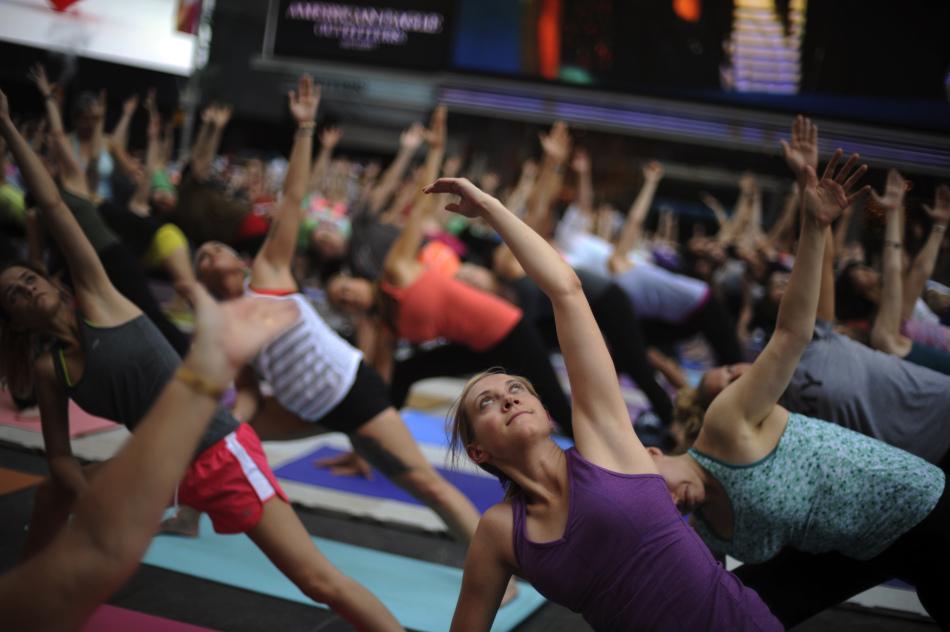 紐約時代廣場數千人集體做瑜伽迎夏至圖片