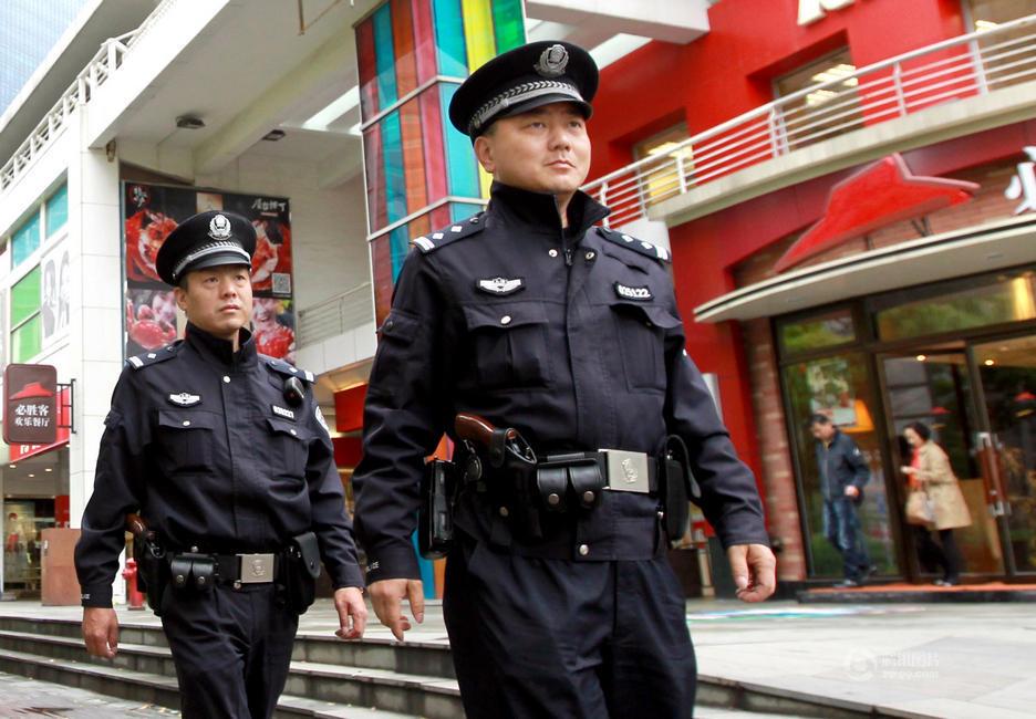 上海首批千余基层巡警配枪巡逻_高清图集_新浪网