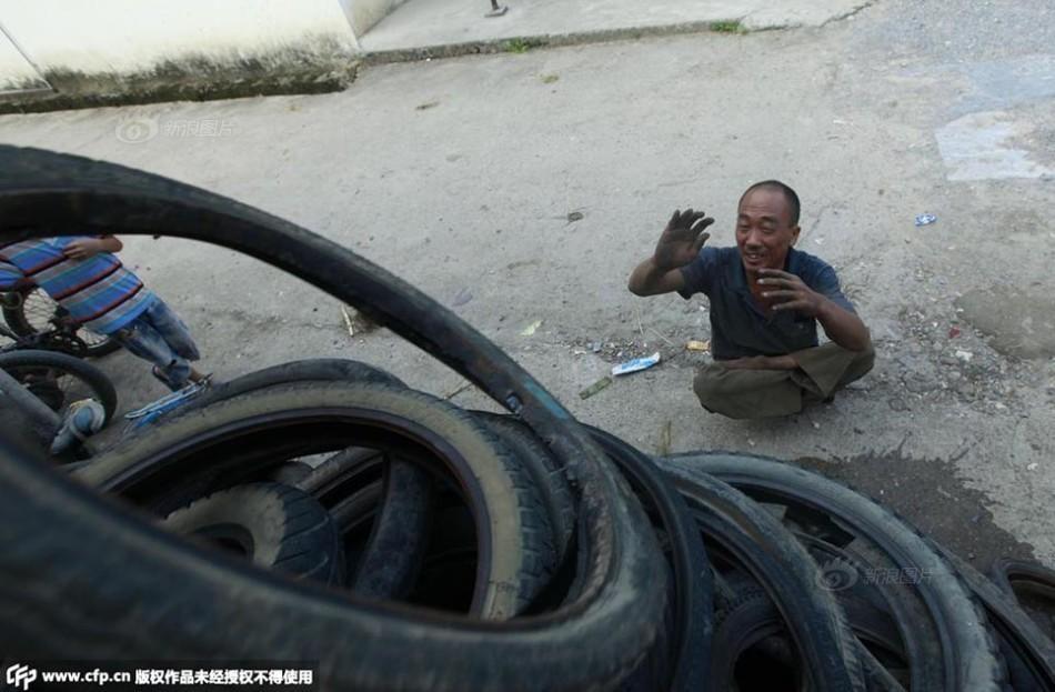 广西瘫痪男子身残志坚 精通修理当老板