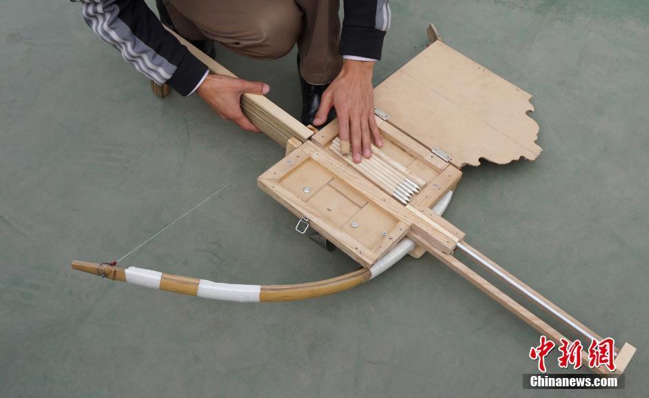 我發現橫向箭匣的設計才是最接近原版諸葛連弩的,而豎立箭匣的設計