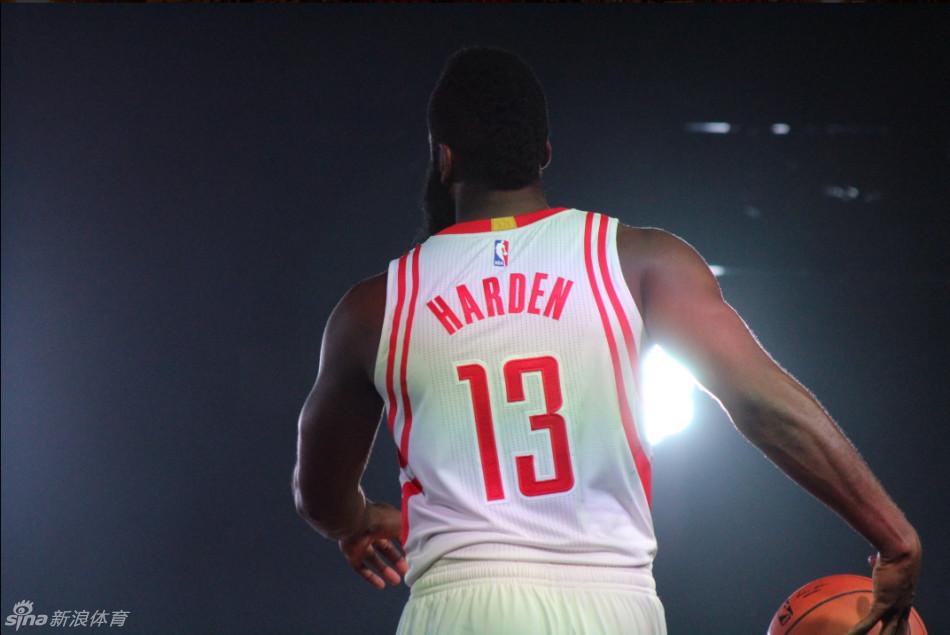 哈登背影图片_[NBA]火箭媒体日见面会(10张)-篮球图片-体育图集-英超直播吧