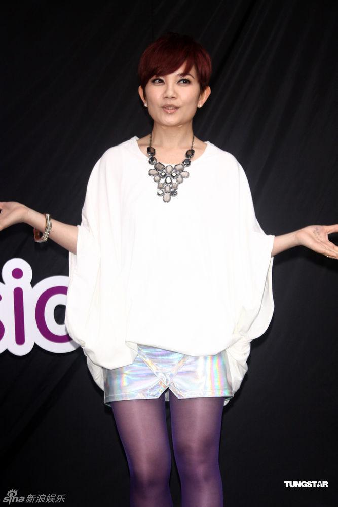 王静 丝袜_梁静茹出席活动 紫色丝袜现身大秀美腿-娱乐星-西陆网