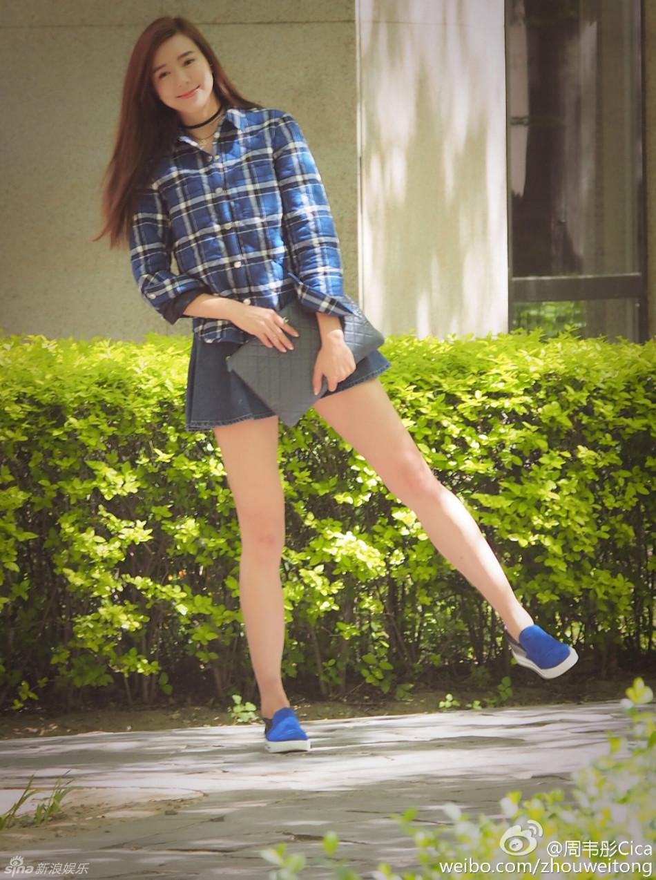 组图:周韦彤穿超短裙扮学生妹 上围丰满大腿粗