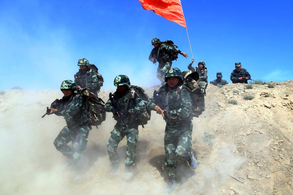 新疆精�J�防�M戈壁�┚�兵 提升高�刈�鹉芰�