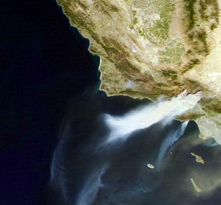 卫星拍摄到美国加州特大山火(图)