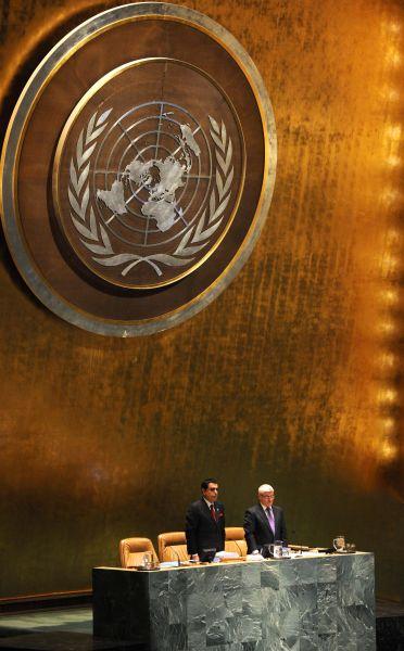 第66届联大主席纳赛尔(左)在联大91次全会开始前为已故朝鲜最高领导人金正日默哀。新华社记者 申宏 摄