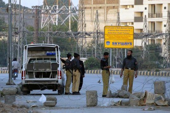5月23日,警察在巴基斯坦白沙瓦关押巴基斯坦医生沙基勒-阿夫里迪的监狱附近执勤。