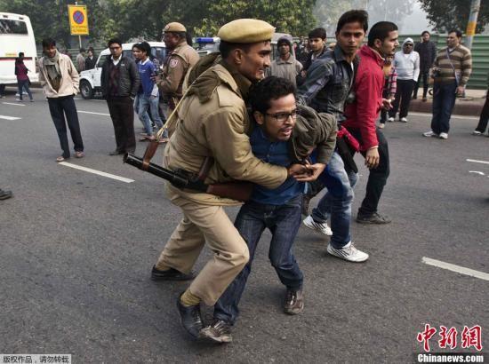 印度女大学生照片_印度遭轮奸女学生去世 新德里或再爆大规模抗议|印度|轮奸|女大 ...