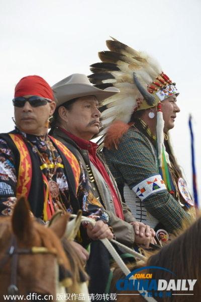 印第安人恨美国人_美国牛仔印第安人骑马上街 抗议输油管道项目[1]- 中国日报网 ...