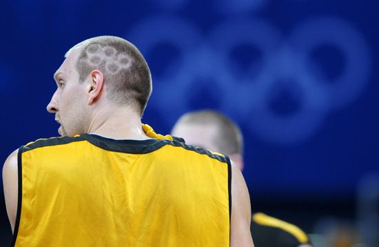 组图:德国男篮队员诺维茨基剪出五环头