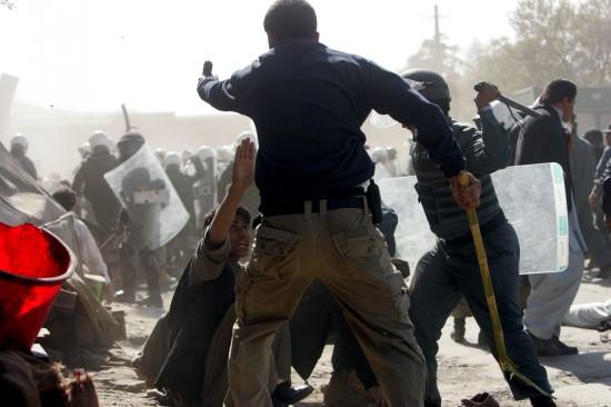 阿富汗上千学生反美示威引发流血冲突(组图)