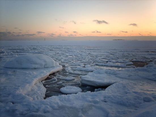 50艘船上千游客因海面�Y冰被困波�_的海(�M�D)