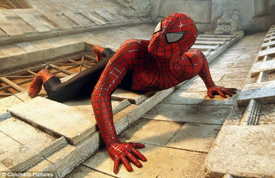 蜘蛛爬墙的故事_英国13岁男孩自制爬墙装备变身蜘蛛人(组图)_新闻中心_新浪网