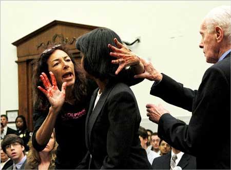 """美国女国务卿赖斯_美国国务卿赖斯遭女抗议者""""血手""""袭击_新浪教育_新浪网"""