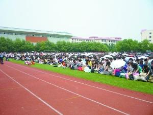 近千名�W生在操�錾��老��行跪拜�Y。