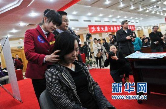3月17日,大�W生�赖ぴ谂馁u��上展示服�占妓�。