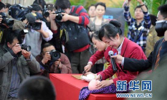 3月17日,�擅�大�W生在拍�u�F�稣故静潘�。