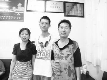 文科状元刘艺峰和父母在一起。