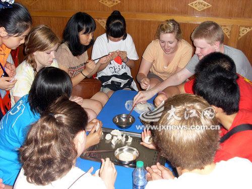 中外学生在一起包饺子。