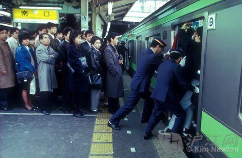 日本地铁_日本政府雇佣专业的人员助推乘客填满地铁,以保证地铁的空间被充分利