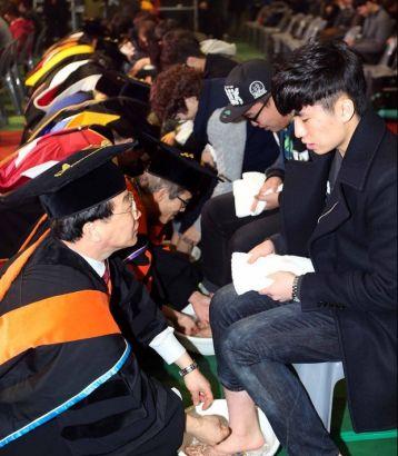 韩国教授为学生洗脚_韩国大学校长教授为学生洗脚(组图)_新浪教育_新浪网