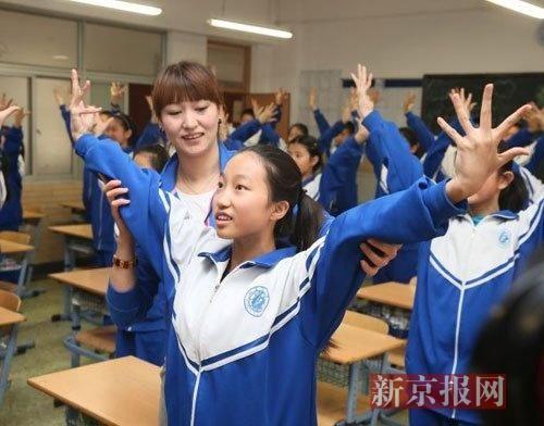 学生操老师视频_体育老师刘华在指导学生做操.新京报记者 王远征 摄