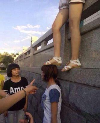 女的逼_女中学生疑遭群殴 被扒至内衣逼下跪(组图)