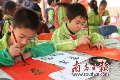 小学生自写春联义卖 1天筹款1300余元(图)