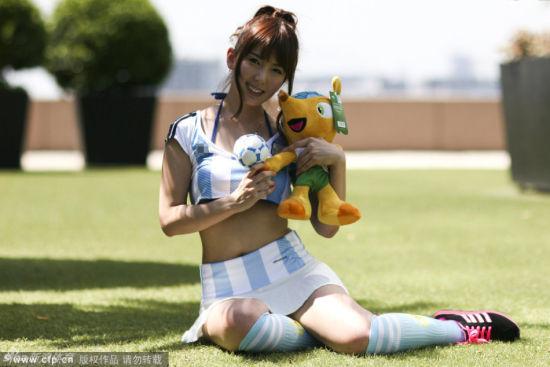 波多野结衣空姐在线_波多野结衣上月初赴台为在线游戏代言,直说喜欢台湾男生,更说欣赏