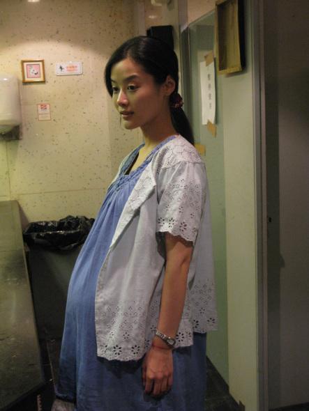 孕妇牲交电影_汤嬿出演《火龙》演孕妇 曾多次赴医院观察(图)