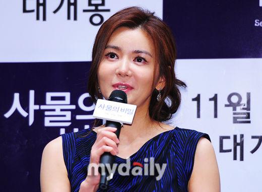 张瑞希微博_韩国影片《事务的秘密》在首尔某影院举行媒体首映会,主演张瑞希(微博