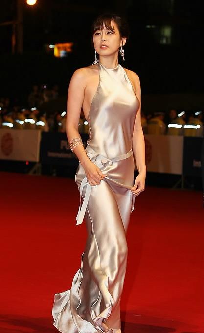 吻我把黄色电影网_图文:釜山电影节开幕-李荷娜黄色长裙气质高贵