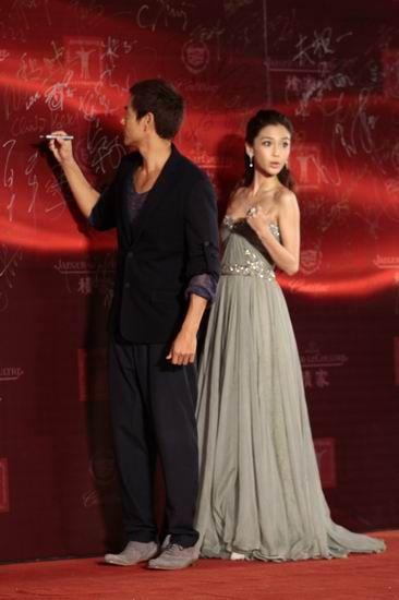 chengrenyirenwang_图文:上海电影节闭幕红毯-彭于晏baby签字留念