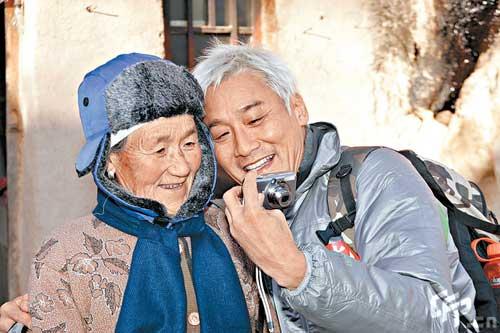 自拍老婆婆愹�_梁家辉与花婆婆自拍后,即时将影像给花婆婆看
